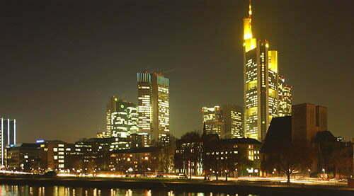 Frankfurter Skyline bei Nacht.