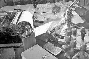 Schreibtisch eines Detektivs in Ausbildung.